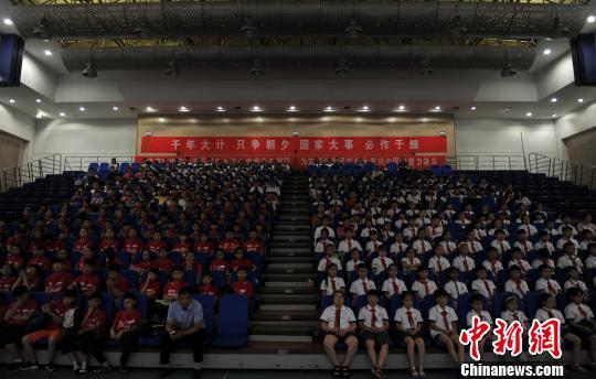 图为在现场欣赏演出的雄安新区的中小学生。 韩冰 摄