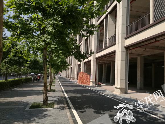 """【观测】这个小区出门方法很""""奇葩"""" 要上人行道先穿车行道"""