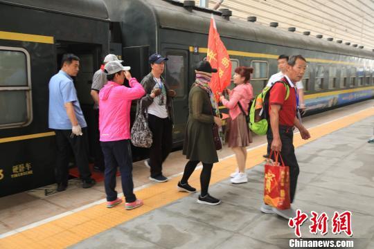 游客将游览全国第一条铁路旅游观光线�D�D凤上铁路等丹东当地的旅游景点。 沈殿成 摄