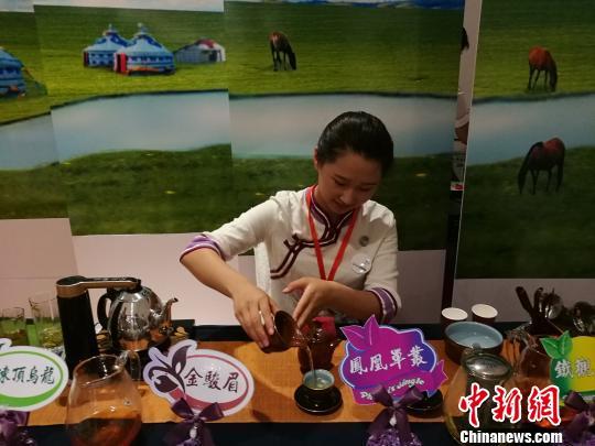 图为学生展示茶艺。 李爱平 摄