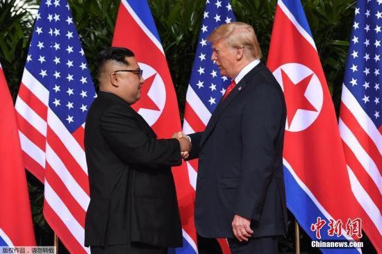 当地时间6月12日上午,朝鲜最高领导人金正恩与美国总统特朗普在新加坡嘉佩乐酒店举行首次会晤,双方握手致意。这是在任的朝美领导人数十年来首次会晤及握手。