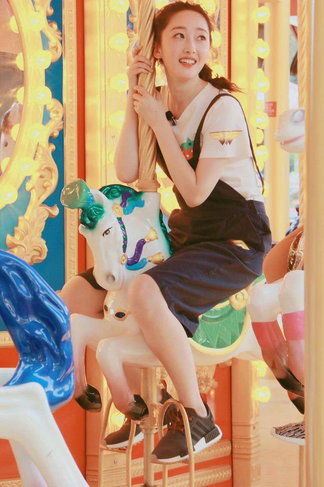 蒋梦婕独自一人现身机场,青春靓丽打扮下身材凹凸有致