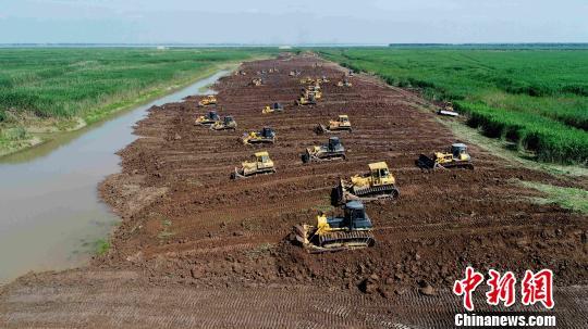 6月6日,下塞湖南堤施工整治现场。 廖文 摄