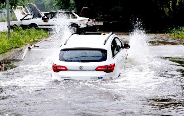應對雨季涉水 北汽EX360涉水84cm實測
