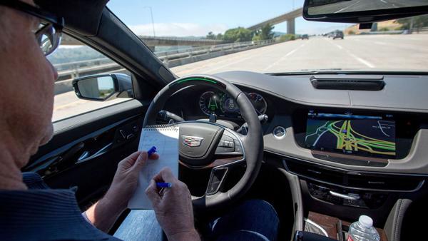《洛杉矶时报》记者在一辆开启了Super Cruise超级智能驾驶系统的凯迪拉克CT6上做着笔记,此刻该车辆正疾驰在州际280号公路上