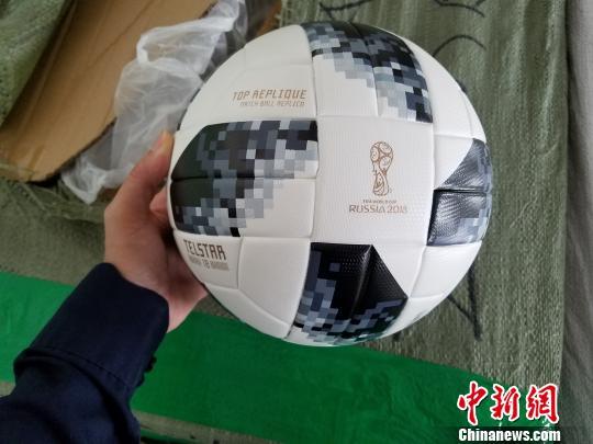 广州海关查获的涉嫌侵犯世界杯商标权的足球 关悦 摄