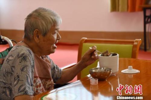 资料图:一名老人在养老院中。 钟建珊摄