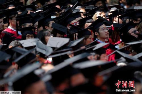 资料图:一场高校的毕业典礼。