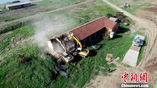 湖洲上4栋1800平方米已闲置房被拆除,建筑垃圾运离湖洲。 廖文 摄
