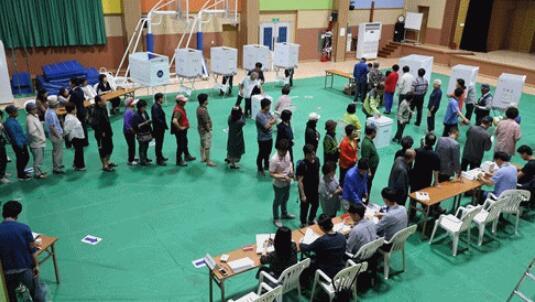 韩地方选举正如火如荼进行 民众投票热情高涨