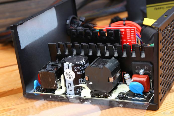 先马金牌500W的测试总分为69.87分。 鑫谷GP600G    鑫谷GP600G这款电源据说更新了工艺,采用了白金标准电源的做工,另外还有3年质保。    鑫谷这款500W金牌电源有多个版本,据说目前版本的转换效率快达到白金水平。它有5个SATA供电接口,3个大4D供电接口,这个配置中规中矩。    在铭牌上看到鑫谷GP600G的+3.