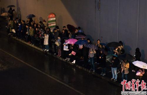 晚高峰时的地铁西二旗站公交站,问天网杭州等车队伍一直排到西侧天桥下。实习生 杨子怡 摄