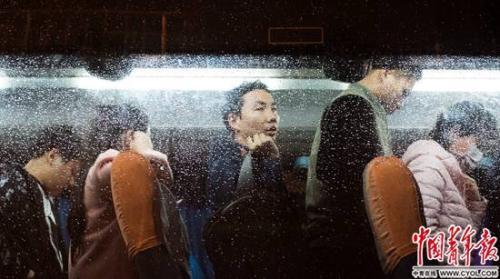 晚高峰,马兰 离婚西二旗人排队走下班车,人民币对港币雨天的车窗上布满了水滴。实习生 杨子怡 摄