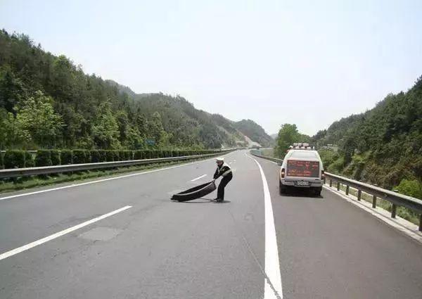 高速公路路面上有障碍物 发生事故保险公司向高速公路公司追偿责任...