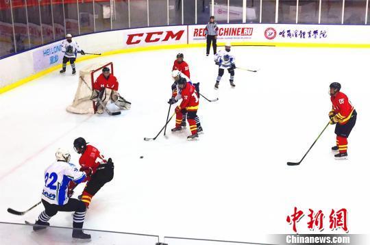 中俄青少年冰球赛在哈尔滨举行 王妮娜 摄