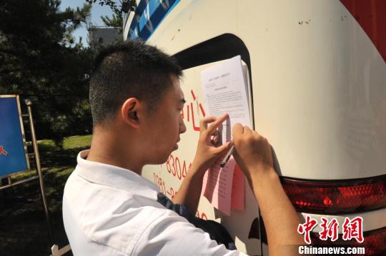 许多省直单位公务员走上献血车进行了无偿献血。 王斌 摄