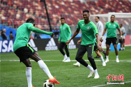 当地时间6月13日,亚洲劲旅沙特阿拉伯足球队在莫斯科卢日尼基体育场进行热身训练,备战将于14日举行的俄罗斯世界杯足球赛揭幕战。