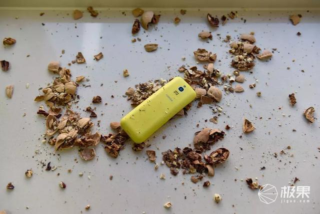 """诺基亚""""大香蕉""""全球首测!半斤核桃砸稀碎,还是那个味儿!(暴力视频)"""