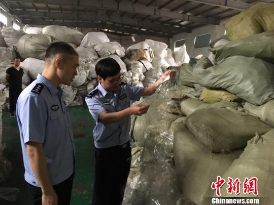 5月23日,南京海关隶属苏州海关缉私分局出动缉私警察18名,分成6个行动小组,在江苏、上海、宁波等地同时开展查缉行动,成功打掉走私固体废物犯罪团伙1个,抓获主要犯罪嫌疑人2名,初步查证涉案走私固体废物废布、废塑料等900余吨。 王韧 摄