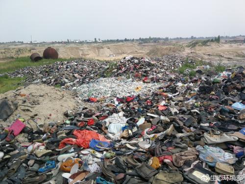 大沙河定州段河堤堆满工业废物