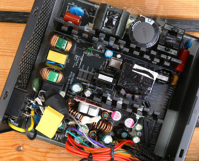 鑫谷GP600G黑金版 电商价格  京东商城:¥289 鑫谷GP600G这款电源据说更新了工艺,采用了白金标准电源的做工,另外还有3年质保。  鑫谷这款500W金牌电源有多个版本,据说目前版本的转换效率快达到白金水平。它有5个SATA供电接口,3个大4D供电接口,这个配置中规中矩。  在铭牌上看到鑫谷GP600G的+3.