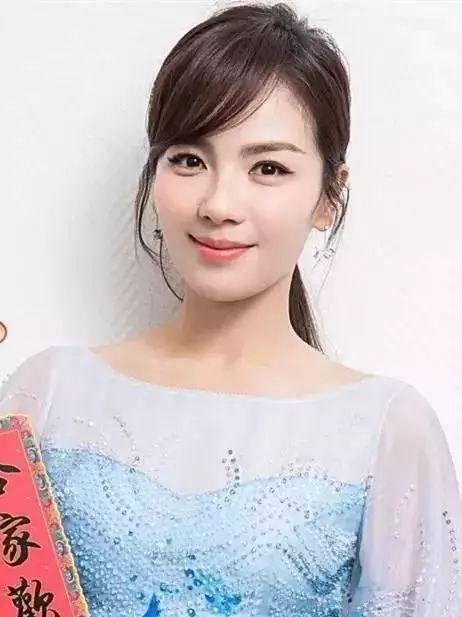 刘涛的新月眉则凸显优雅,顺滑的质感让眉毛看起来灵动又自然,关键还