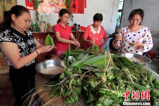 6月16日,闽北顺昌县洋墩乡洪地村妇女准备端午节食用的粽子。 乐细巾 摄