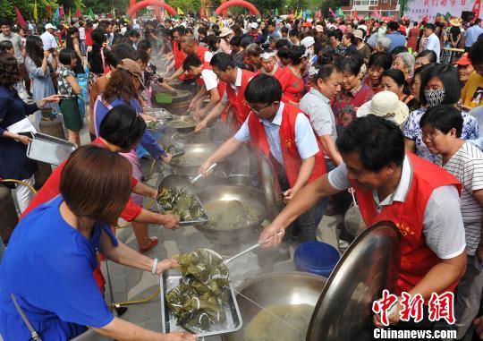 图为社区志愿者将煮熟的粽子捞出。 苑立伟 摄