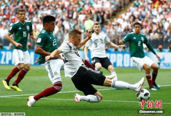 基米西与墨西哥球员拼抢。