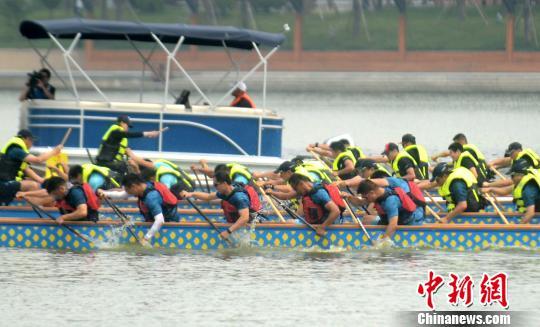 图为赛龙舟,湖上竞速度端午。 孟德龙 摄
