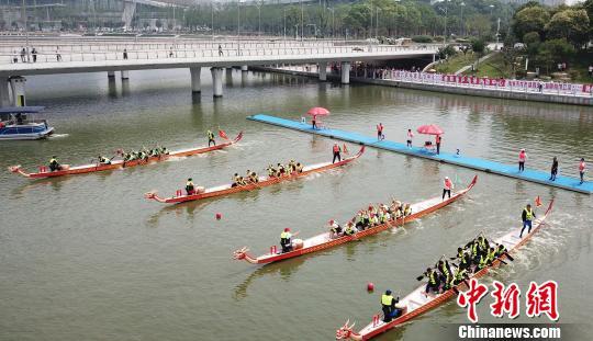 图为端午节,江苏扬州首届龙舟赛开赛。 孟德龙 摄