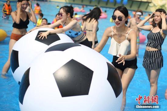 6月16日,美女们在江苏天目湖水世界内戏水玩球觅清凉。当日是端午小长假首日,随着气温的不断上扬,设置了冲浪、戏水等项目的天目湖水上乐园开园,吸引了大批民众前往戏水寻找清凉。 泱波 摄