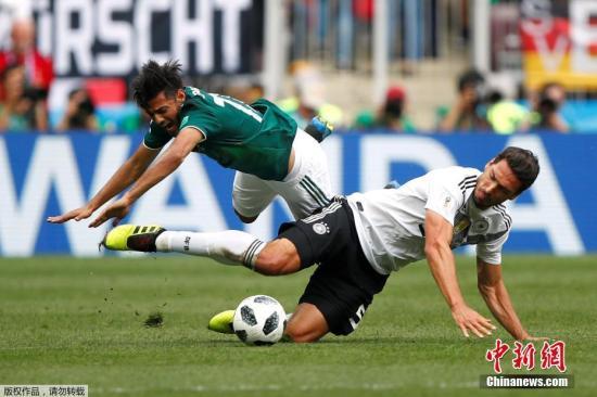 北京时间6月17日晚,世界杯小组赛F组迎来焦点之战,卫冕冠军德国队迎战墨西哥。上半场,墨西哥队防守反击相当出色,凭借洛萨诺禁区里的低射入网1-0取得领先。下半场,德国队虽多次形成围攻之势,但始终未能攻破墨西哥队的大门,本届世界杯首战爆冷,以0-1负于墨西哥。图为胡梅尔斯。