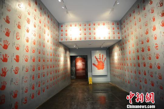 图为重庆建川博物馆内的抗战老兵手印墙。 韩璐 摄