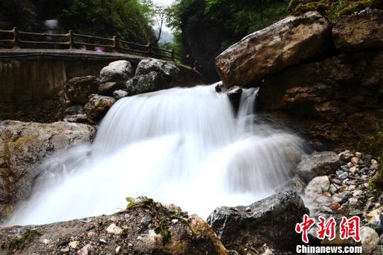 图为慢门镜头下拍摄的瀑布景观。 杨艳敏 摄