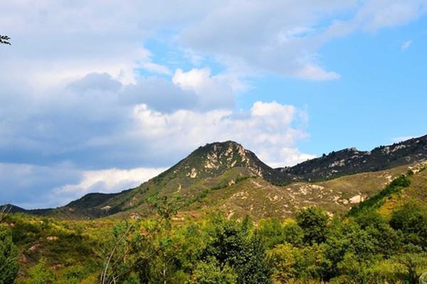 南山区,位于涿鹿县南部(涿鹿县城在最北部),北京的西边.