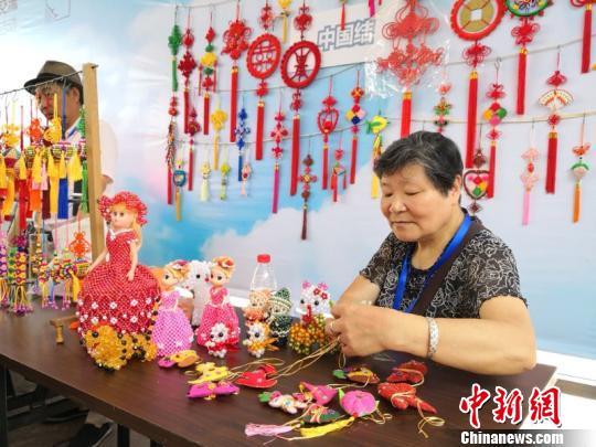 图为镇海手工艺人做香囊 朱晓峰 摄