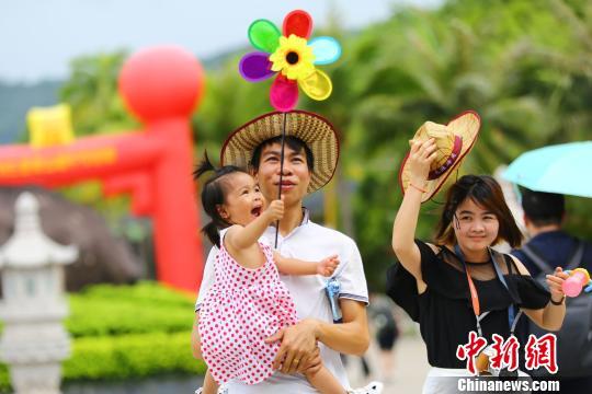 三亚端午假期雨天不断游客兴致不减
