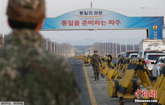 当地时间2016年2月11日,韩国坡州市,韩政府10日决定停止开城工业园区运营,以此作为对朝鲜进行核试验及以弹道导弹技术进行发射行动的回应。韩方企业正准备从开城工业区撤出。图为韩方军事人员在工业区附近。
