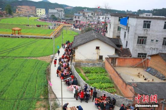 260桌开年宴摆满村庄道路。 朱柳融 摄
