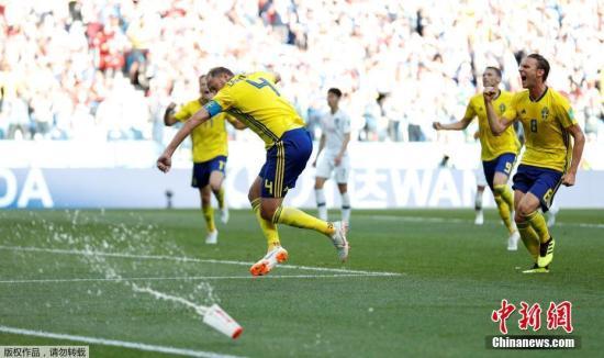 资料图:6月18日晚,2018俄罗斯世界杯F组首轮韩国队与瑞典队的较量在下诺夫哥罗德打响。凭借裁判通过VAR技术判罚的点球,瑞典队1-0击败韩国,全取三分。图为瑞典队的格兰奎斯特(中)通过点球罚入全场唯一进球。