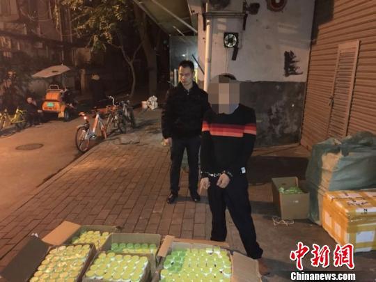 警方摧毁制贩假窝点,查获大量假冒保健食品。警方供图