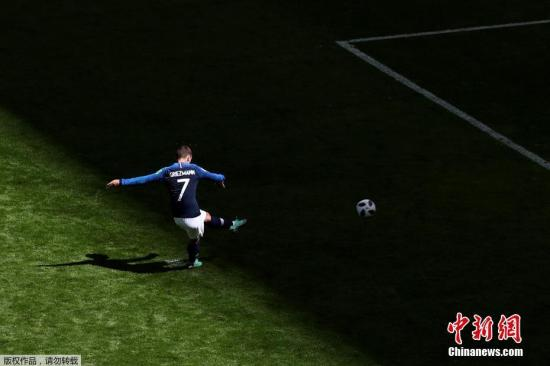 北京时间6月16日18时,俄罗斯世界杯C组首轮法国队与澳大利亚的较量在喀山打响。比赛第55分钟,格里兹曼禁区内被侵犯倒地,主裁判第一时间示意比赛继续。然而在与VAR裁判沟通后,主裁改判点球。格里兹曼一蹴而就,助法国队取得领先。这是世界杯历史上,首粒因VAR技术而改判产生的点球。图为格里兹曼罚点球瞬间。
