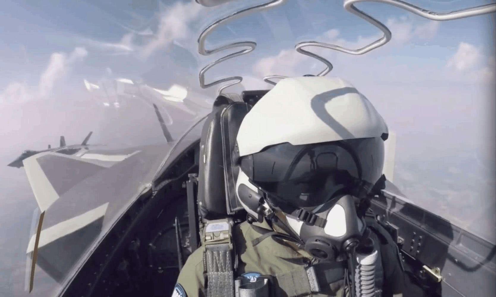 中国空军最新轻量化头盔亮相:女飞带着都很小巧,摆脱俄式风格