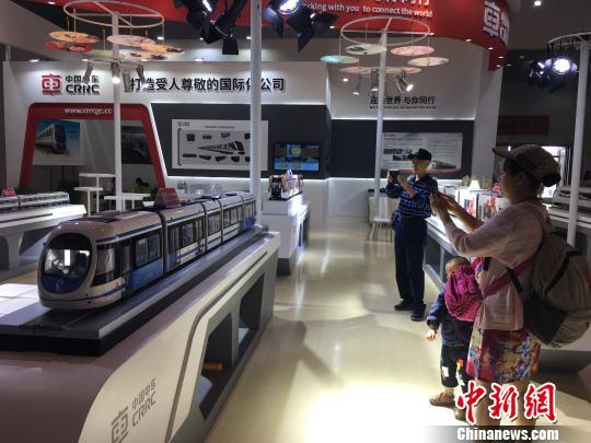 图为市民在中国中车展位前拍照留念 陈静 摄