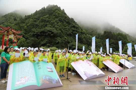 150名小学生现场诵读语文课文《黄山奇石》 施阅 摄