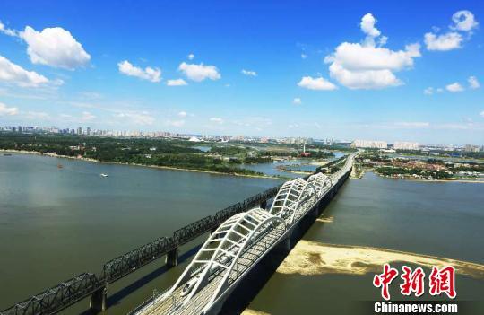 图为哈齐高铁经过松花江特大桥。中国铁路哈尔滨局集团有限公司提供