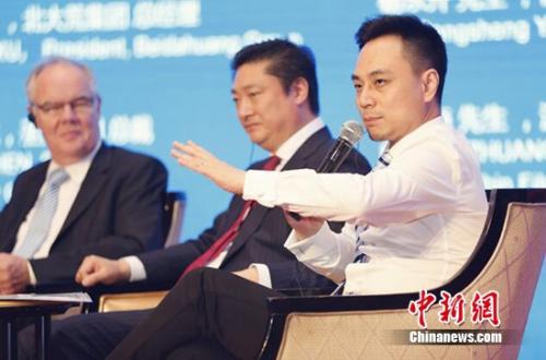 汉能首席内容官庄稀海(右一)在圆桌对话中发言,介绍移动能源的品牌战略