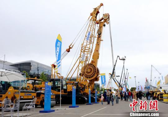 当地时间6月5日,第19届俄罗斯国际建筑机械及工程机械展上来自中国徐工的工程机械设备。 王修君 摄