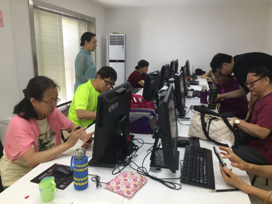 社区开设手机电脑课,教老人玩转微信